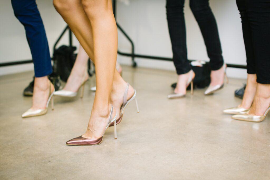 kobiety tańczą w złotych butach na obcasie