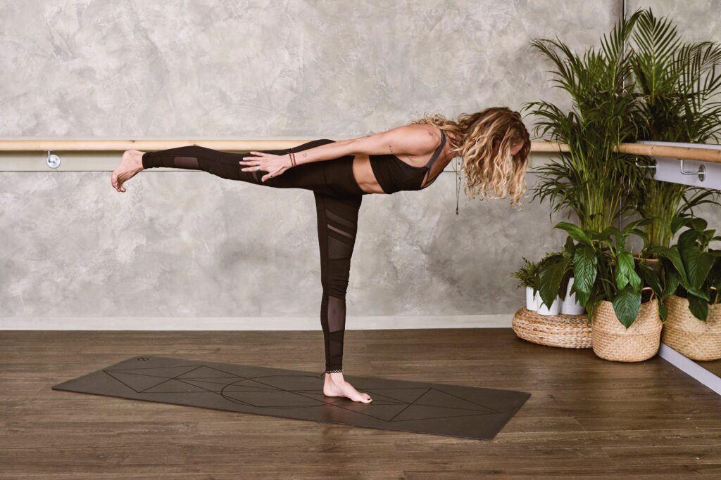 Kobieta ćwicząca jogę w domu