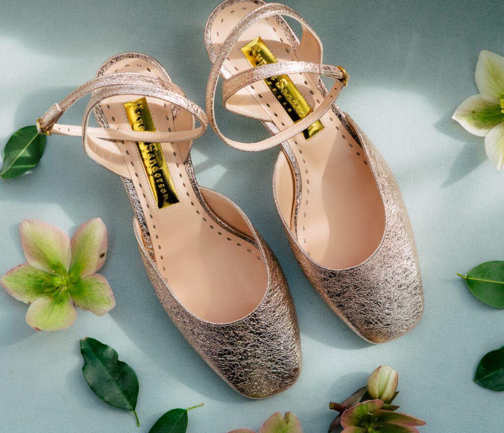 zakryte złote buty ślubne
