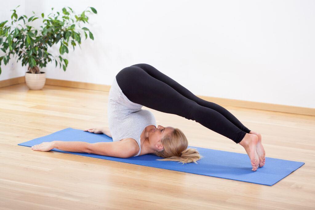 młoda kobieta ćwicząca pilates w domu
