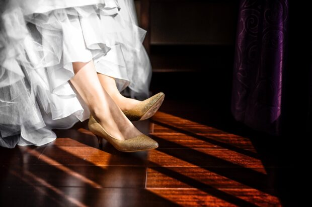 Złote buty ślubne – eleganckie uzupełnienie weselnej stylizacji