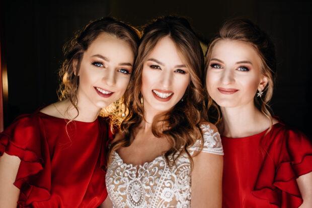 Sukienka na wesele dla klepsydry – jakie modele najlepiej pasują do tej figury?
