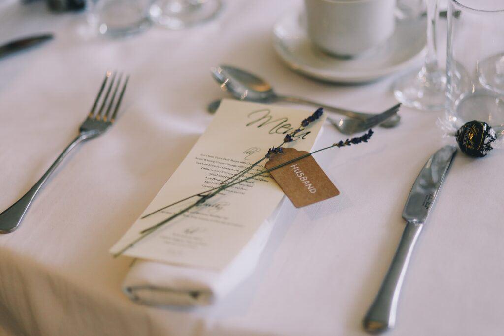 menu weselne i winietka na stole weselnym
