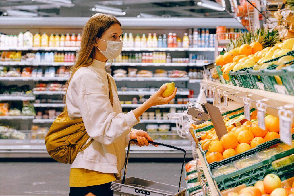kobieta robi zakupy w maseczce ochronnej