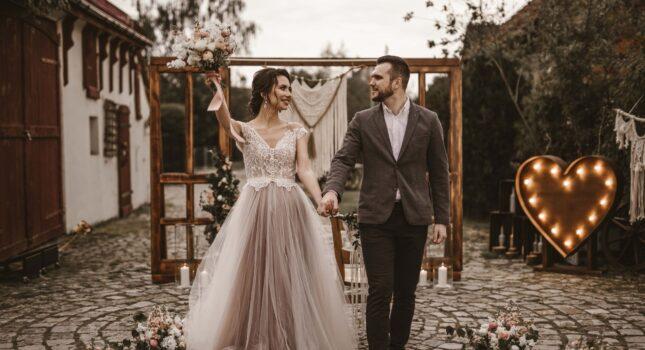 Stylizowana sesja ślubna boho glam, czyli naturalność i elegancja w jednym!