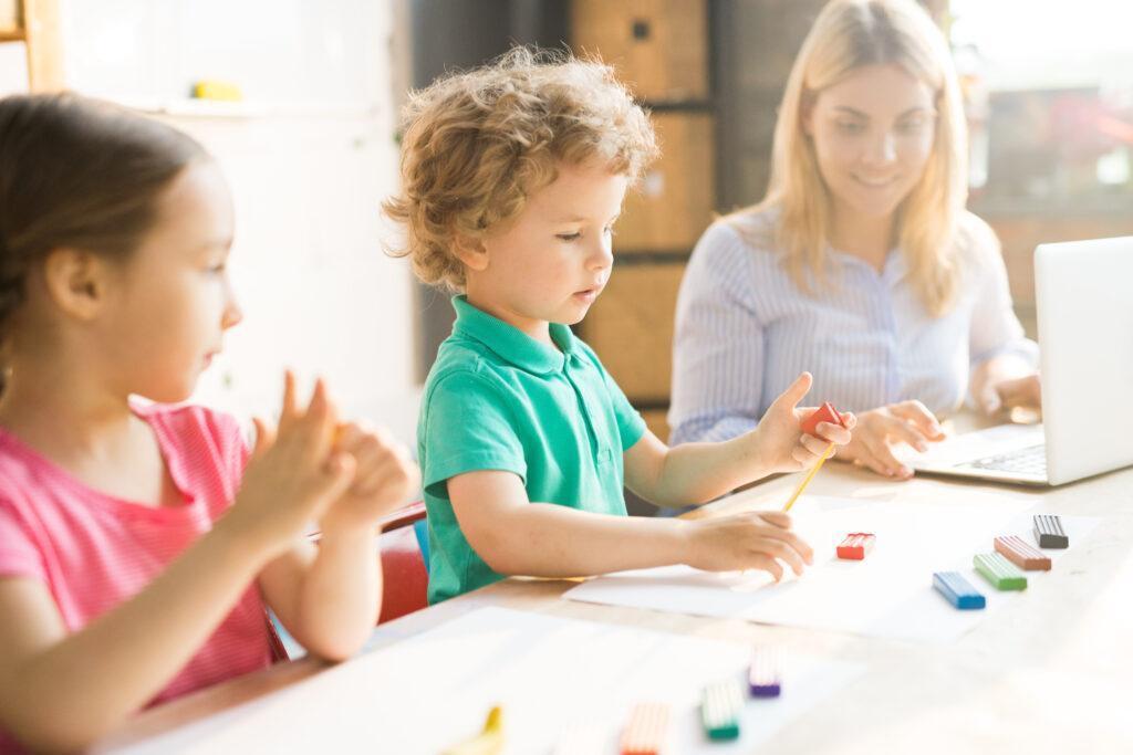 dzieci bawiące się ciastoliną