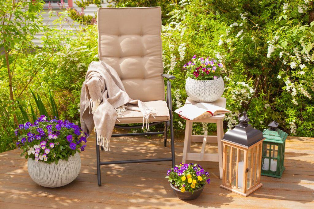 krzesło i kwiaty na balkonie