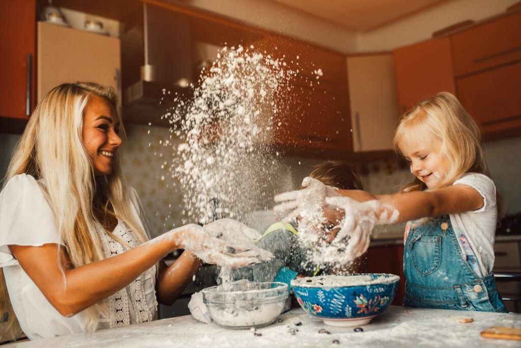 mama z dziećmi robiąca domową ciastolinę