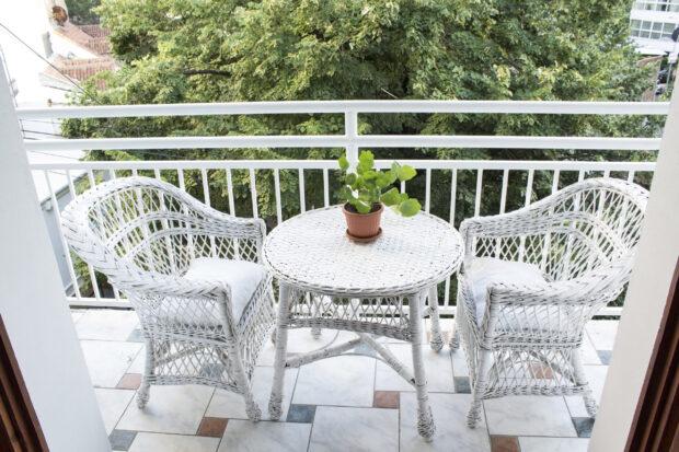 Jak urządzić balkon w bloku? Aranżacja w małych przestrzeniach także może zachwycić!