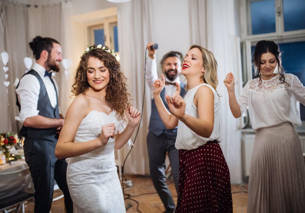 Weselne tańce integracyjne, które porwą gości do zabawy!