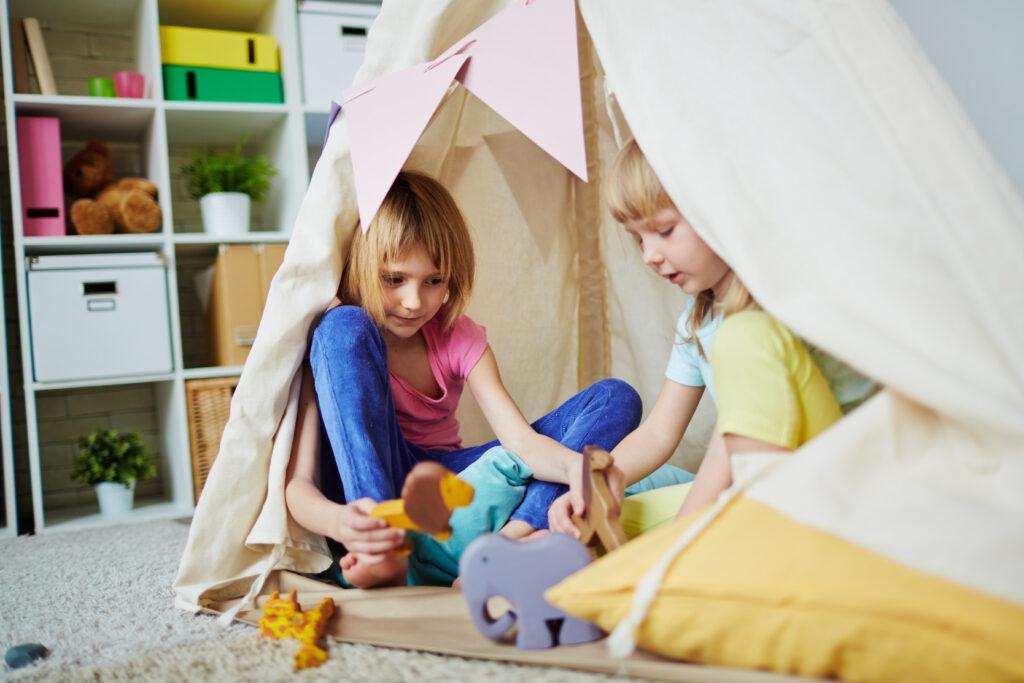 dzieci bawiące się w domu