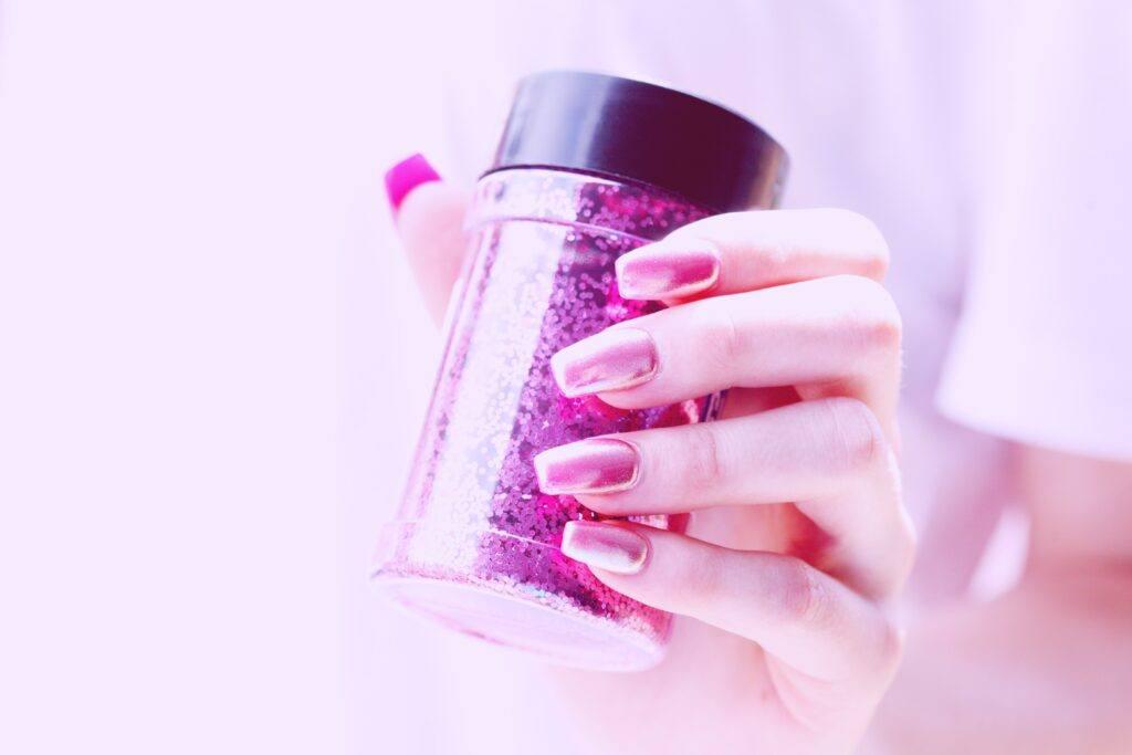 Paznokcie lustrzane – jak samodzielnie wykonać mirror nails?