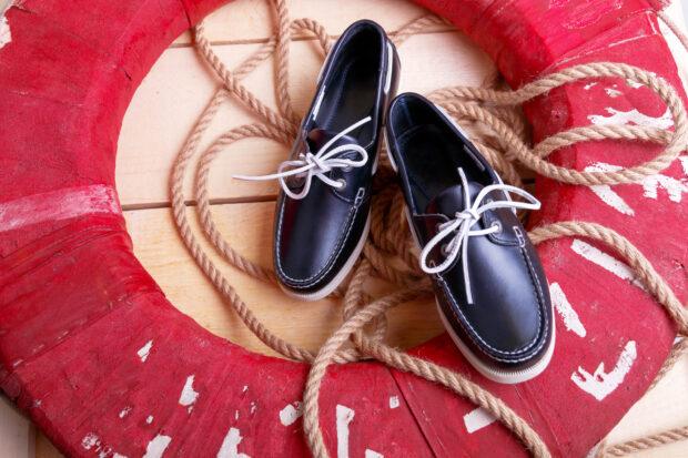 Mokasyny do garnituru – jak je dobrać, aby wyglądać stylowo i nie popełnić modowego faux pas