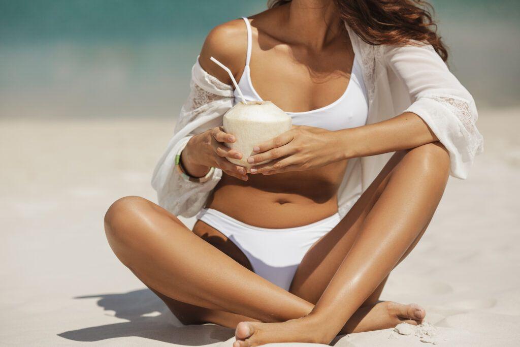 opalona młoda kobieta na plaży