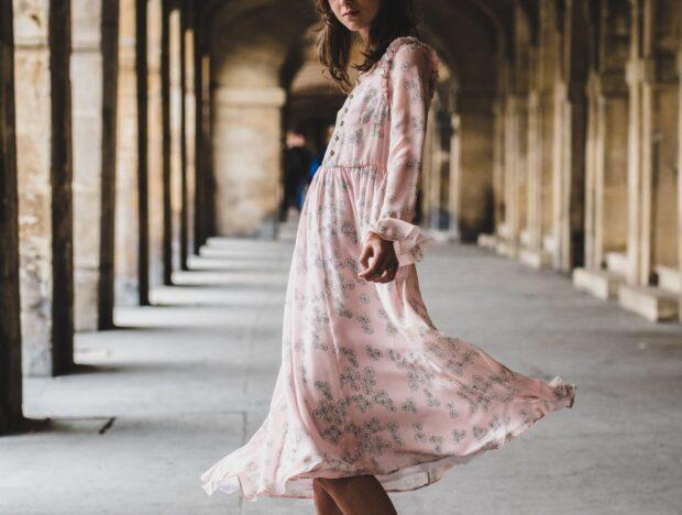 Sukienka szmizjerka – ta wyjątkowa sukienka koszulowa powinna znaleźć się w szafie każdej kobiety!