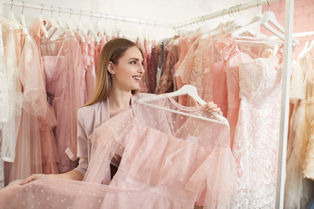 Najmodniejsze kolory sukienek na wesele – trendy 2020/21
