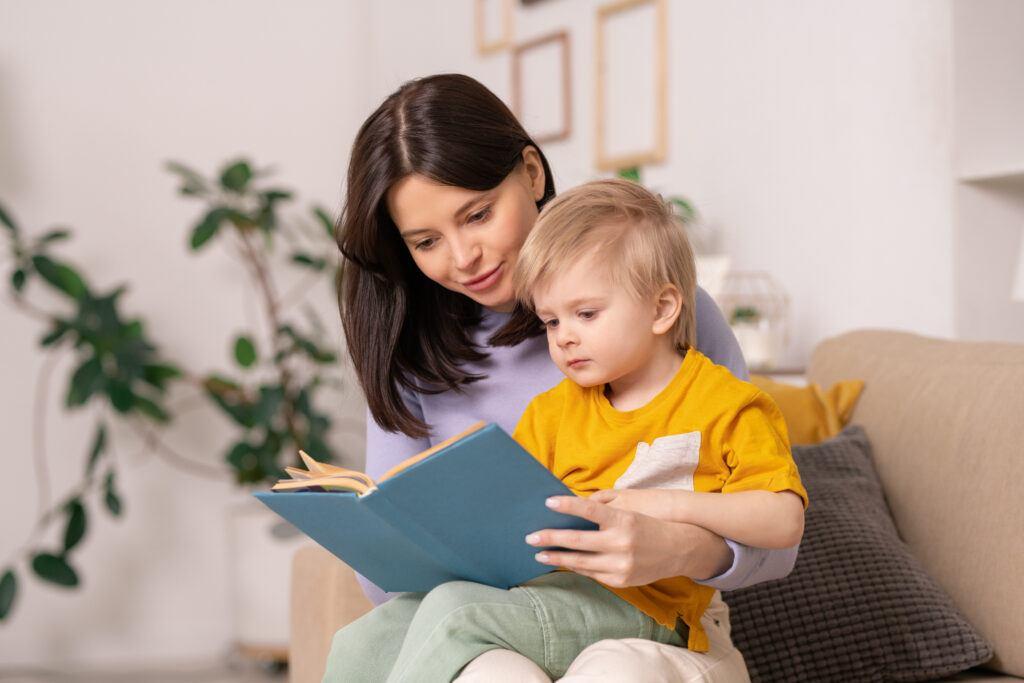 mama czytająca dziecku bajkę