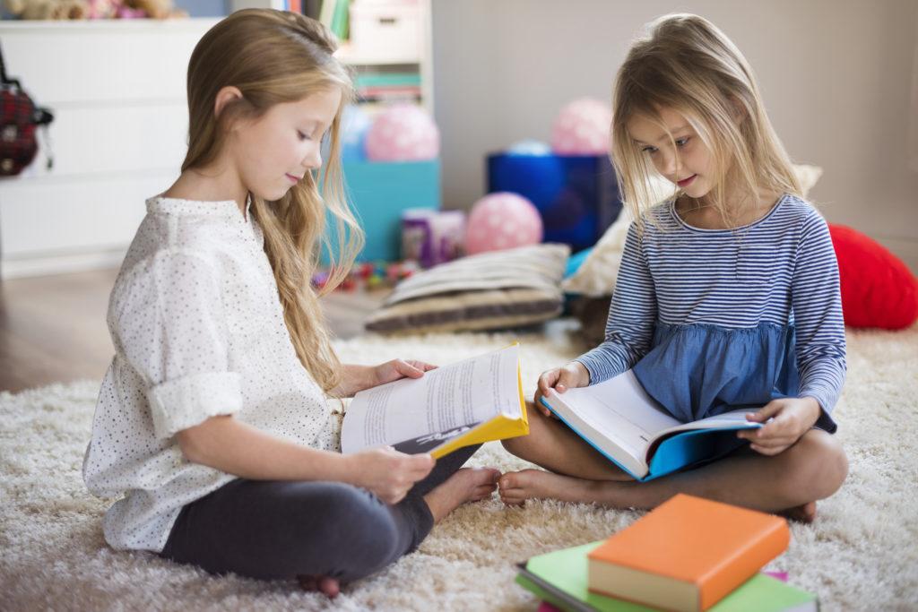 rodzeństwo czytające wspólnie bajki