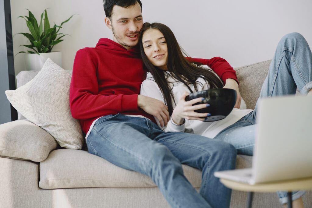 młoda para oglądająca wspólnie film