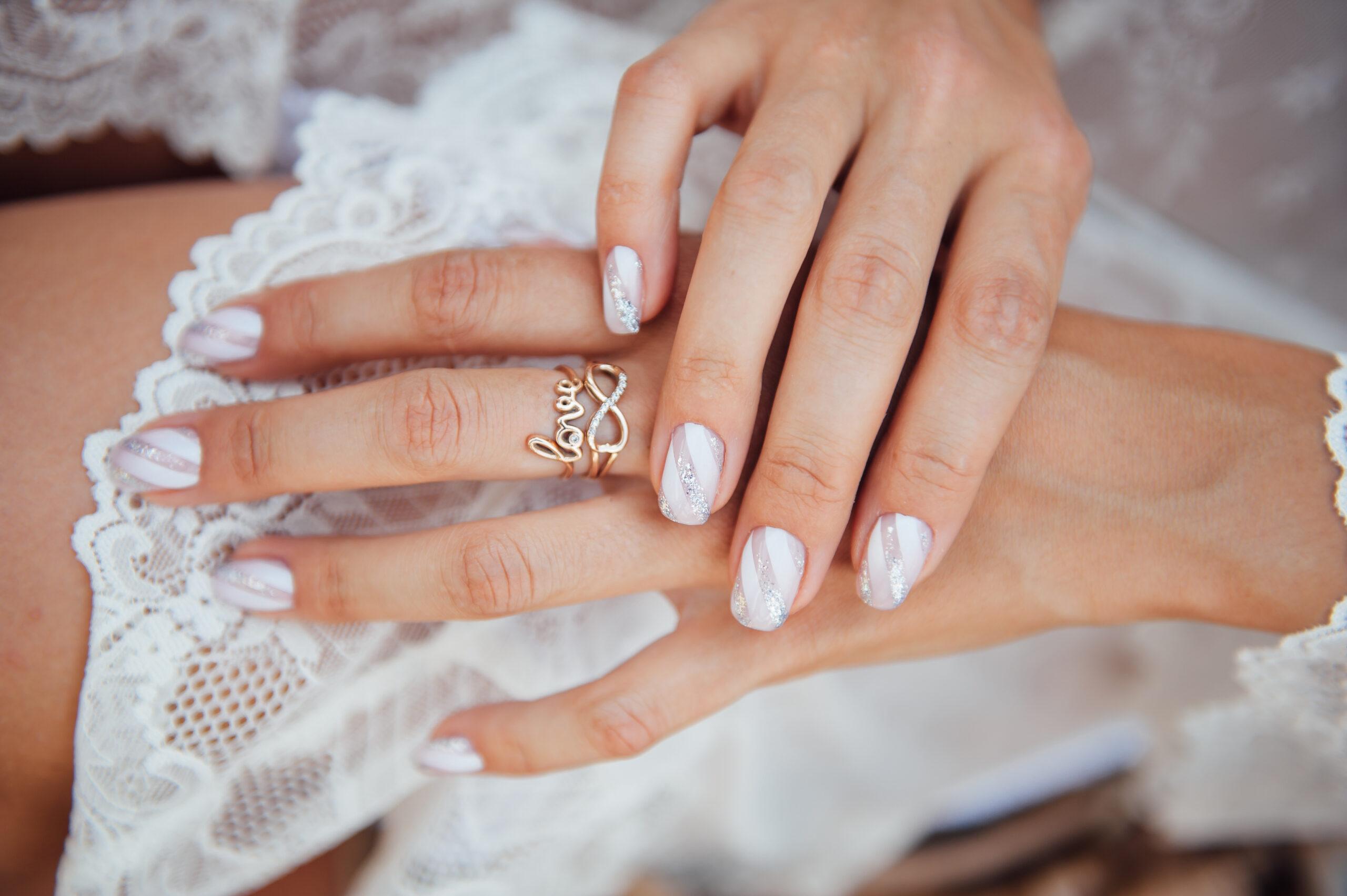 białe paznokcie ślubne z delikatnym wzorem