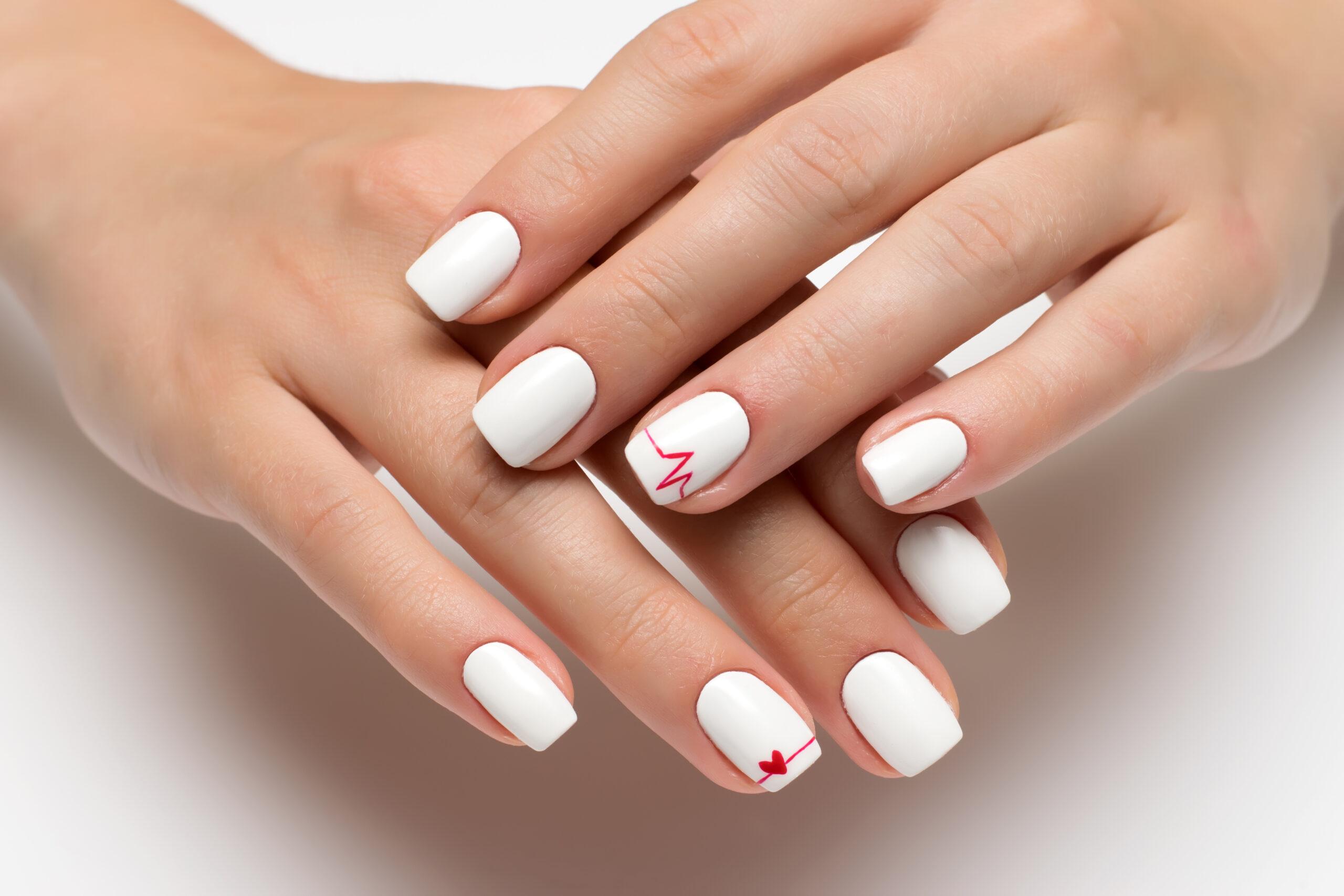 Białe paznokcie ślubne z czerwonymi dodatkami