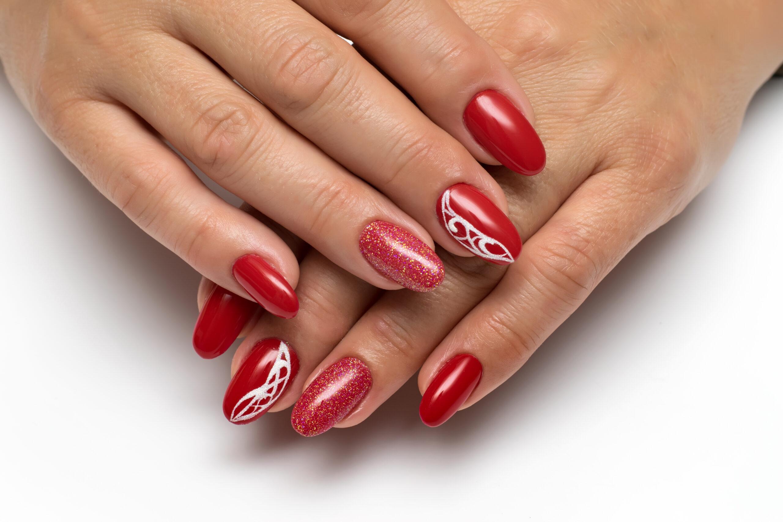 czerwone paznokcie ślubne z białym wzorem