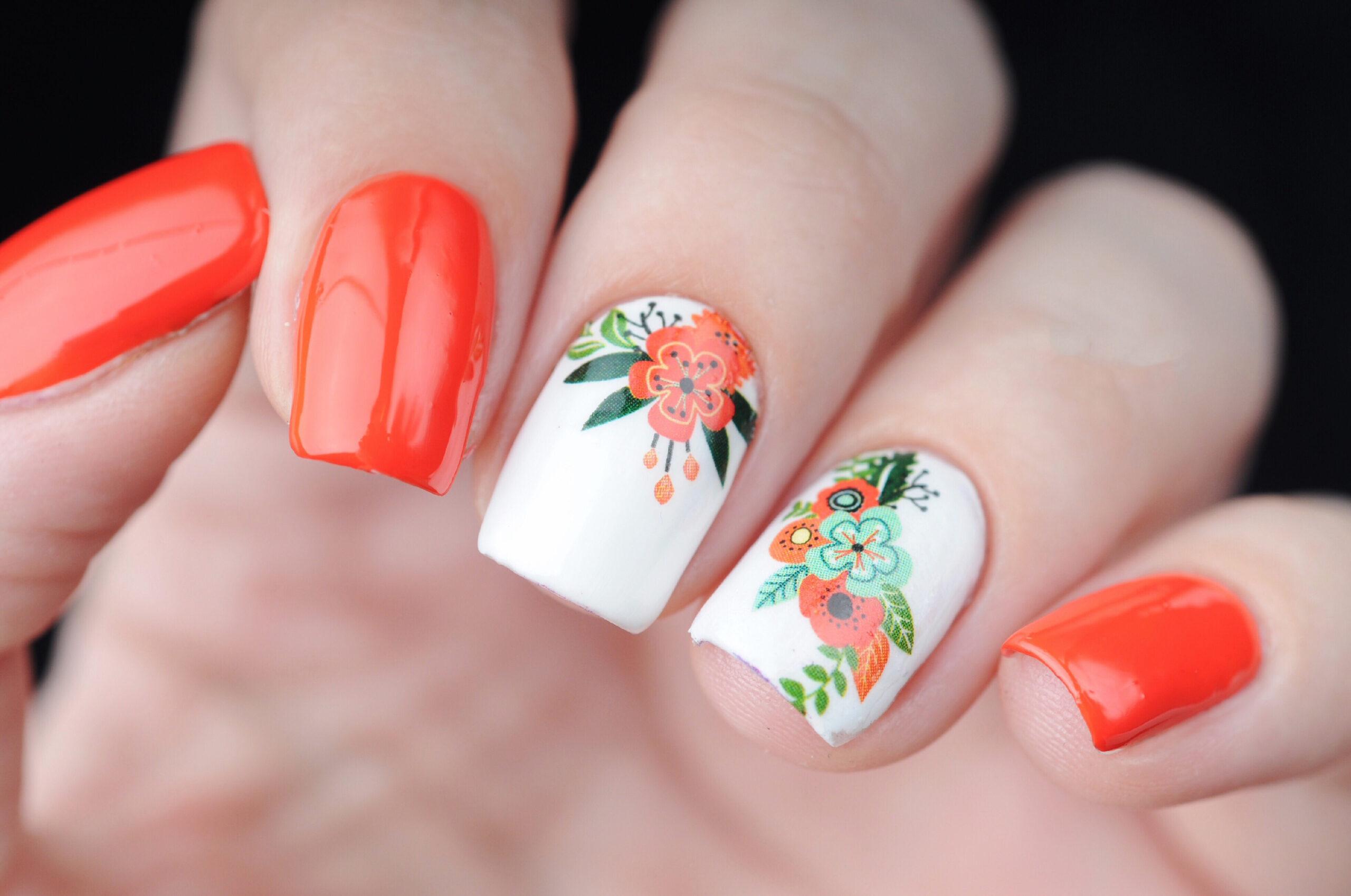 czerwone paznokcie ślubne w kwiaty