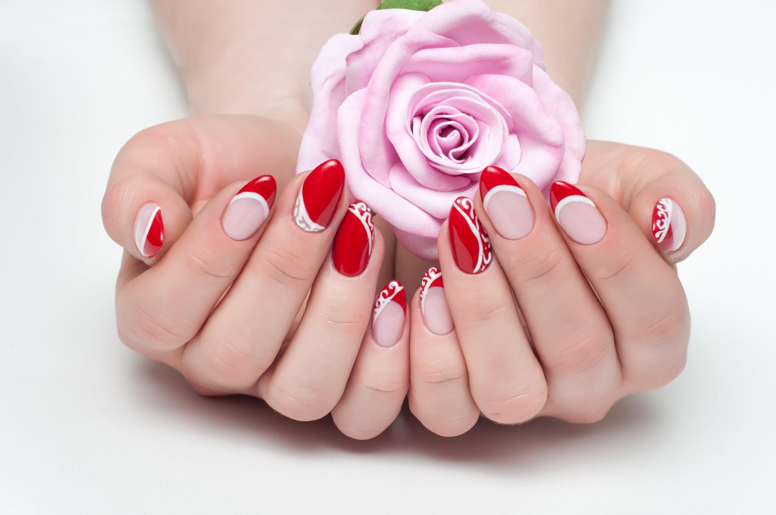paznokcie na ślub w kolorze czerwieni i różu z białym wzorem