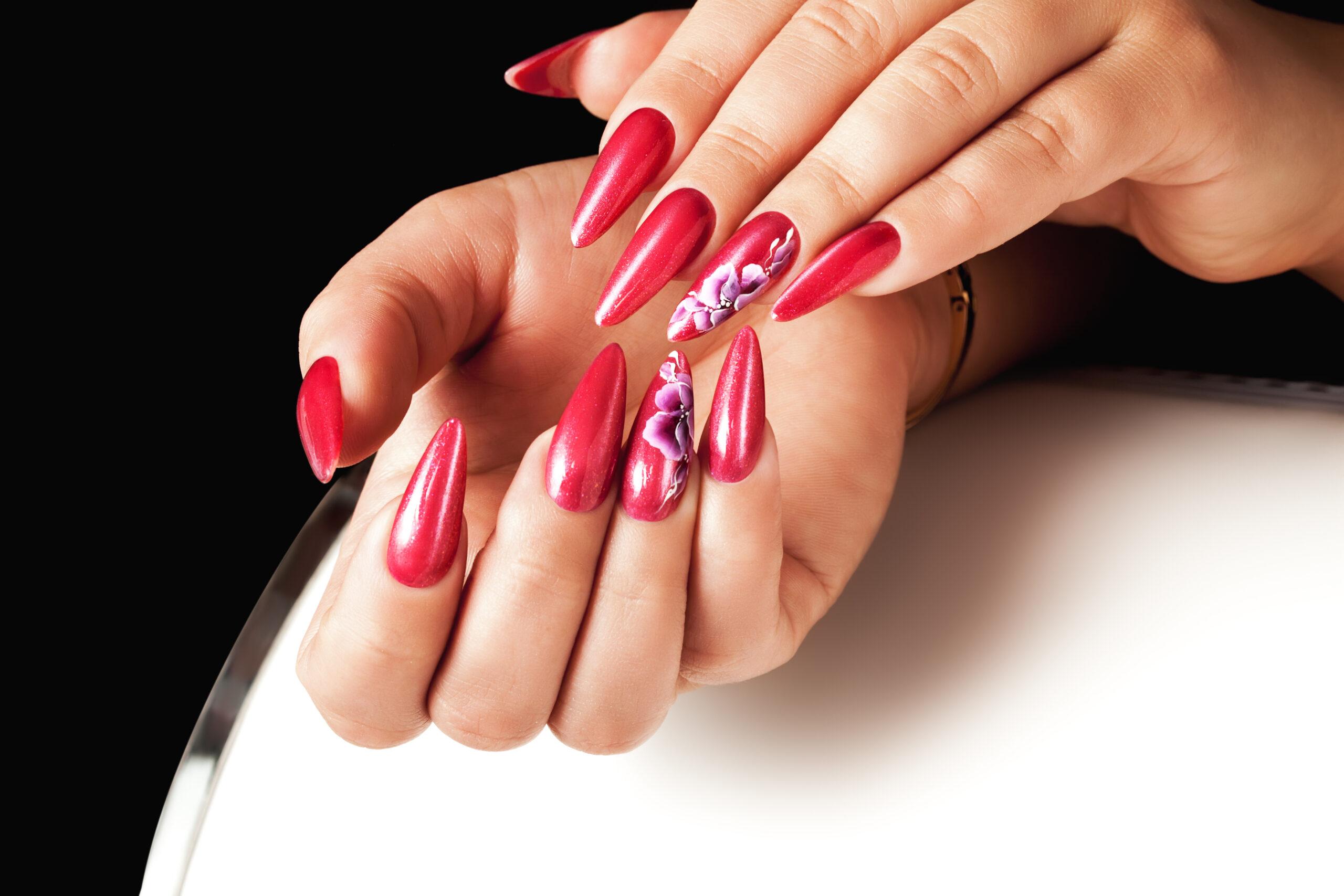 czerwone paznokcie ślubne z kwiatowym wzorem