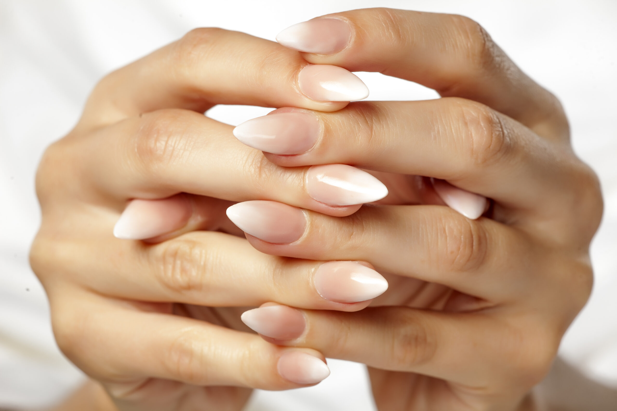 delikatne paznokcie ślubne ombre
