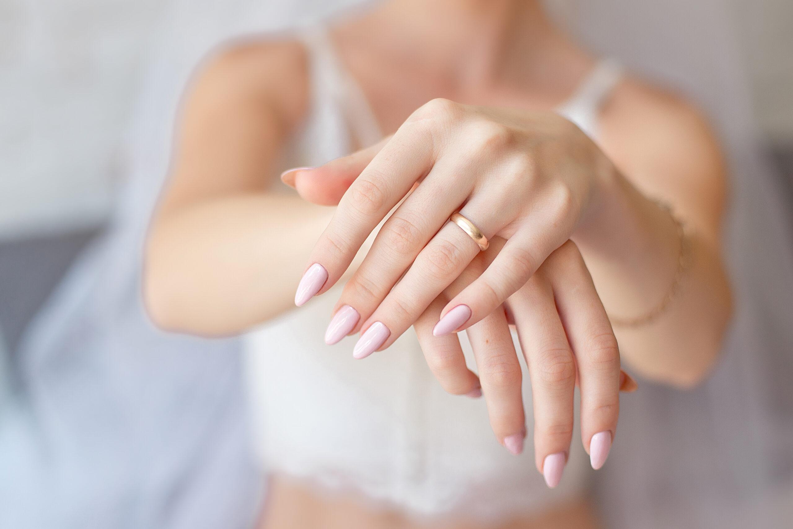 subtelne różowe paznokcie ślubne na dłoniach panny młodej