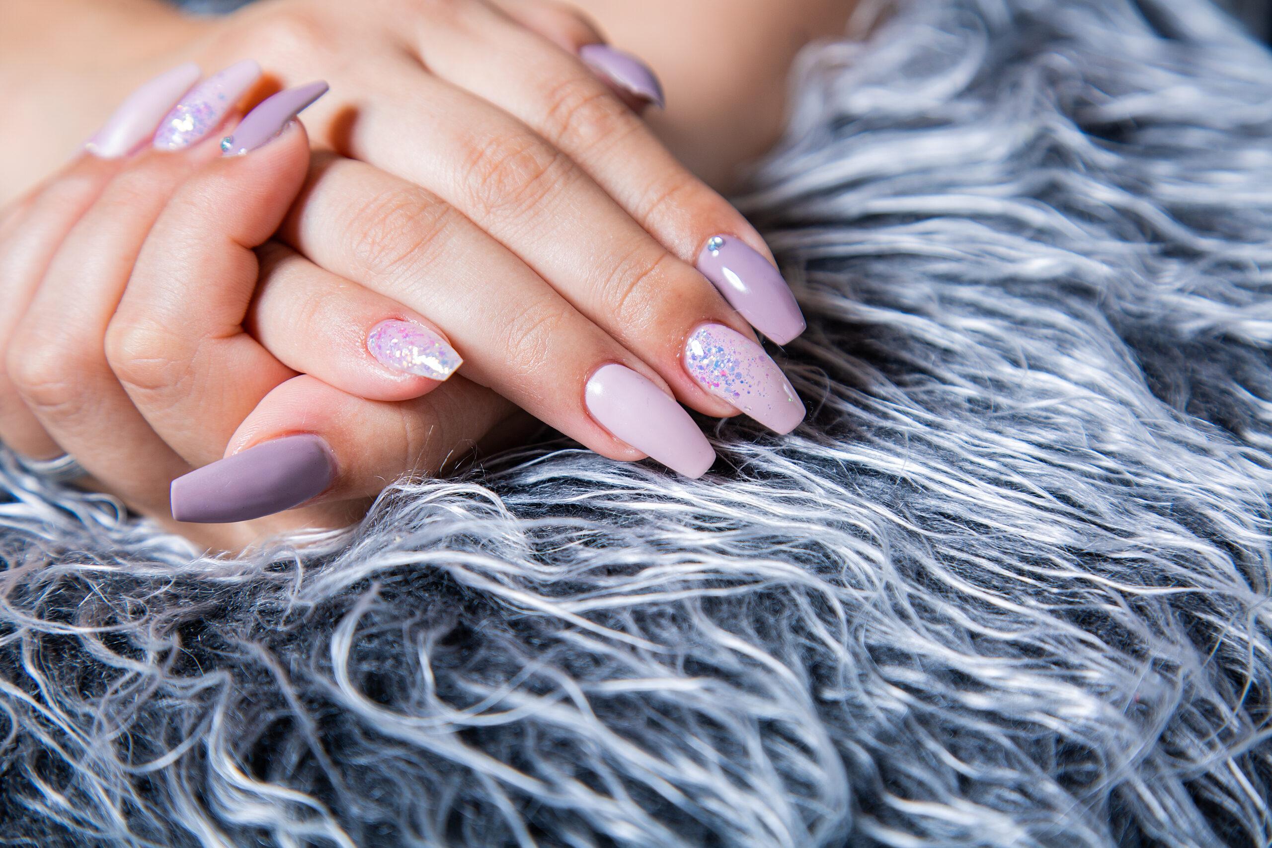 fioletowe paznokcie ślubne ze srebrnym pyłkiem