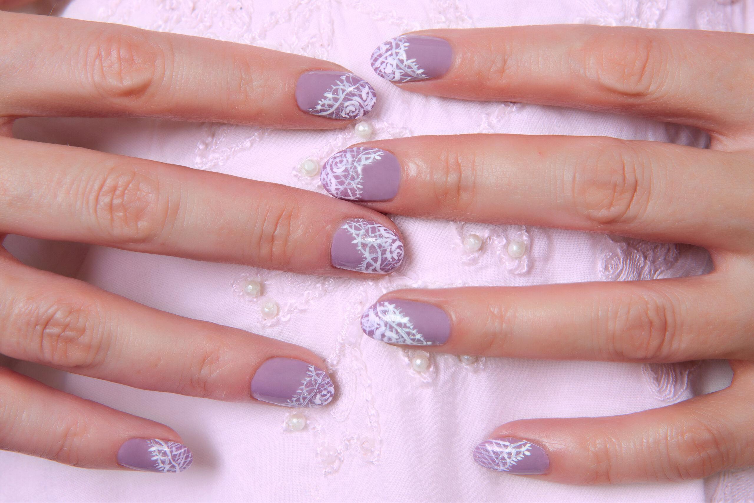 fioletowe paznokcie na ślub efekt koronki