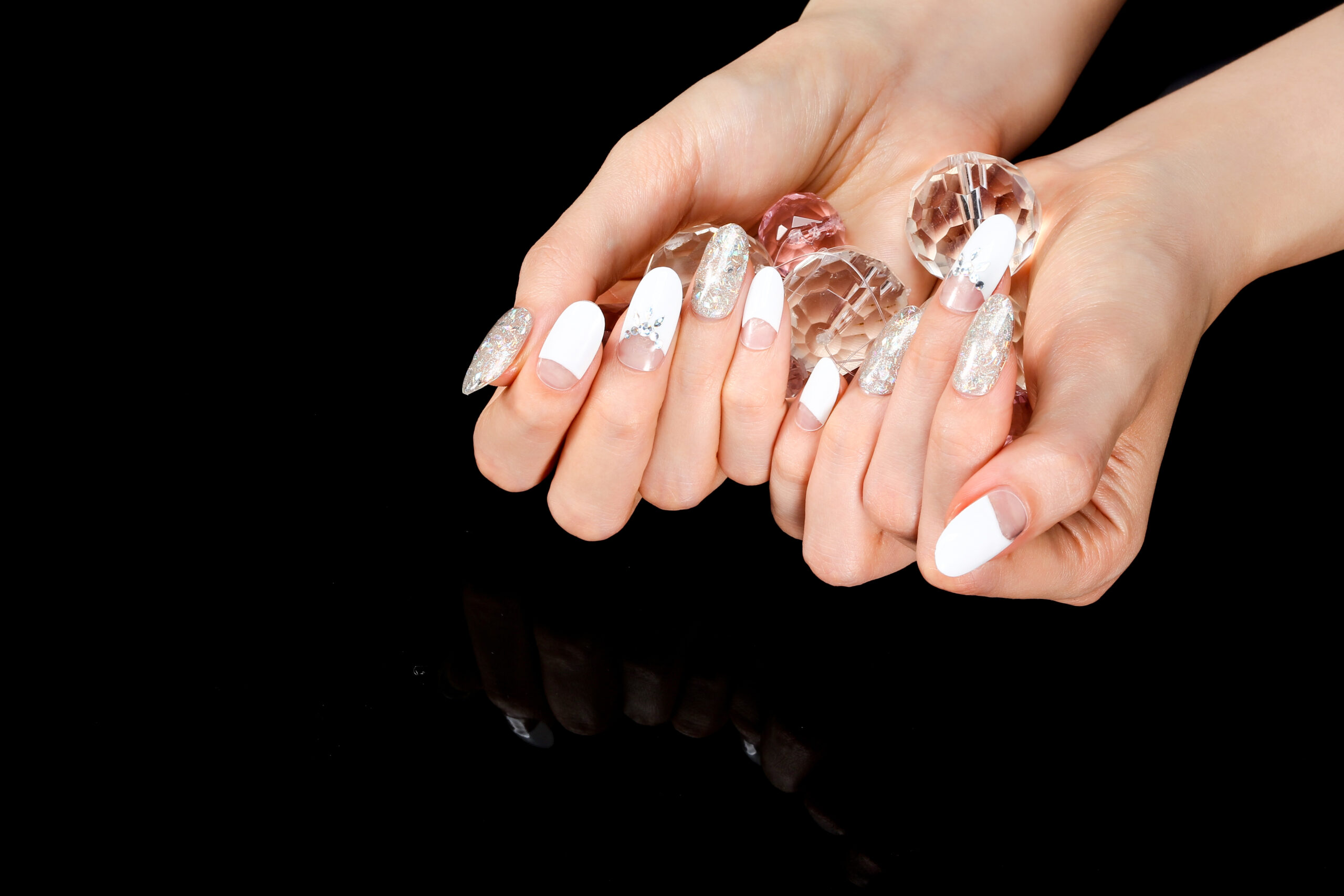 białe paznokcie ślubne efekt negatywu