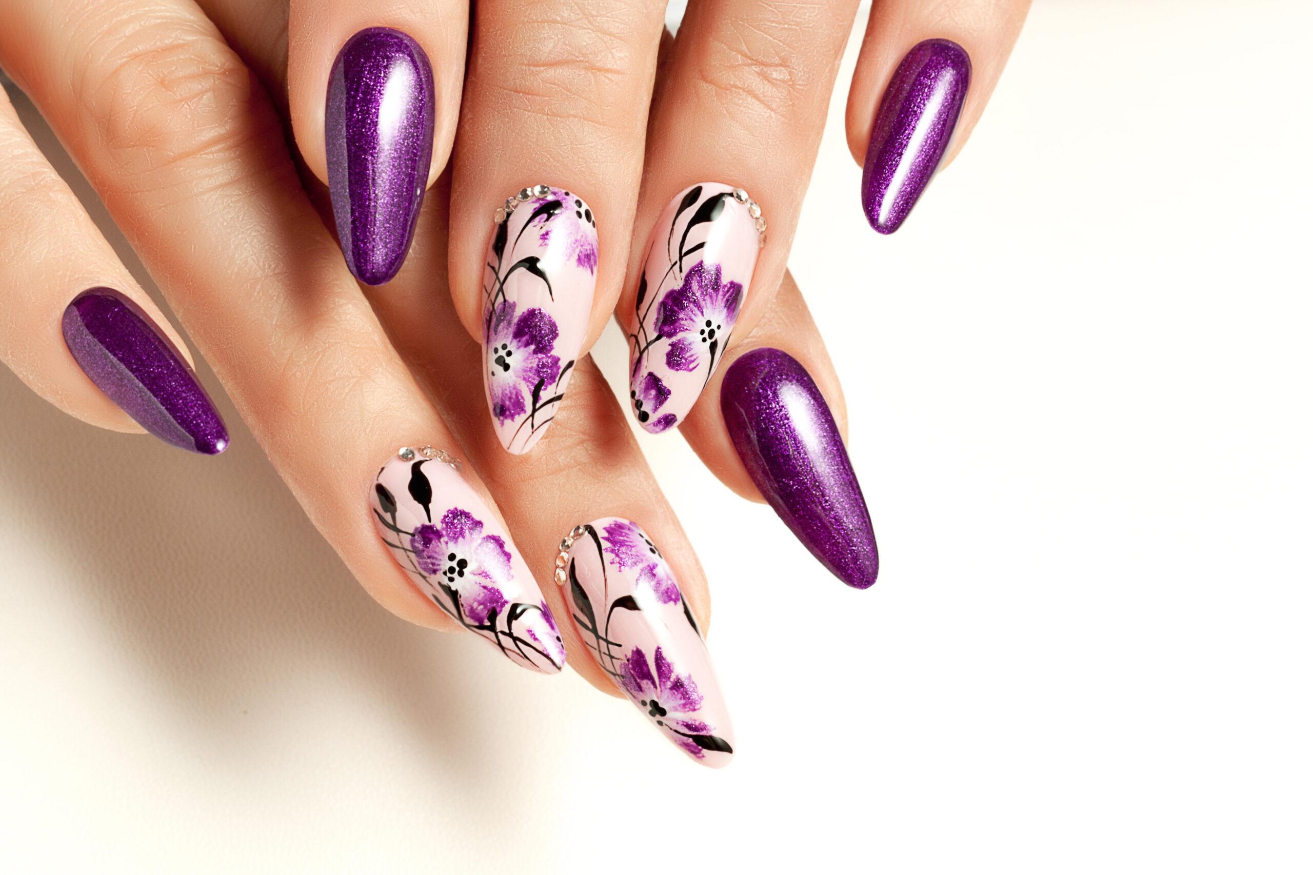 fioletowe paznokcie na ślub w kwiaty