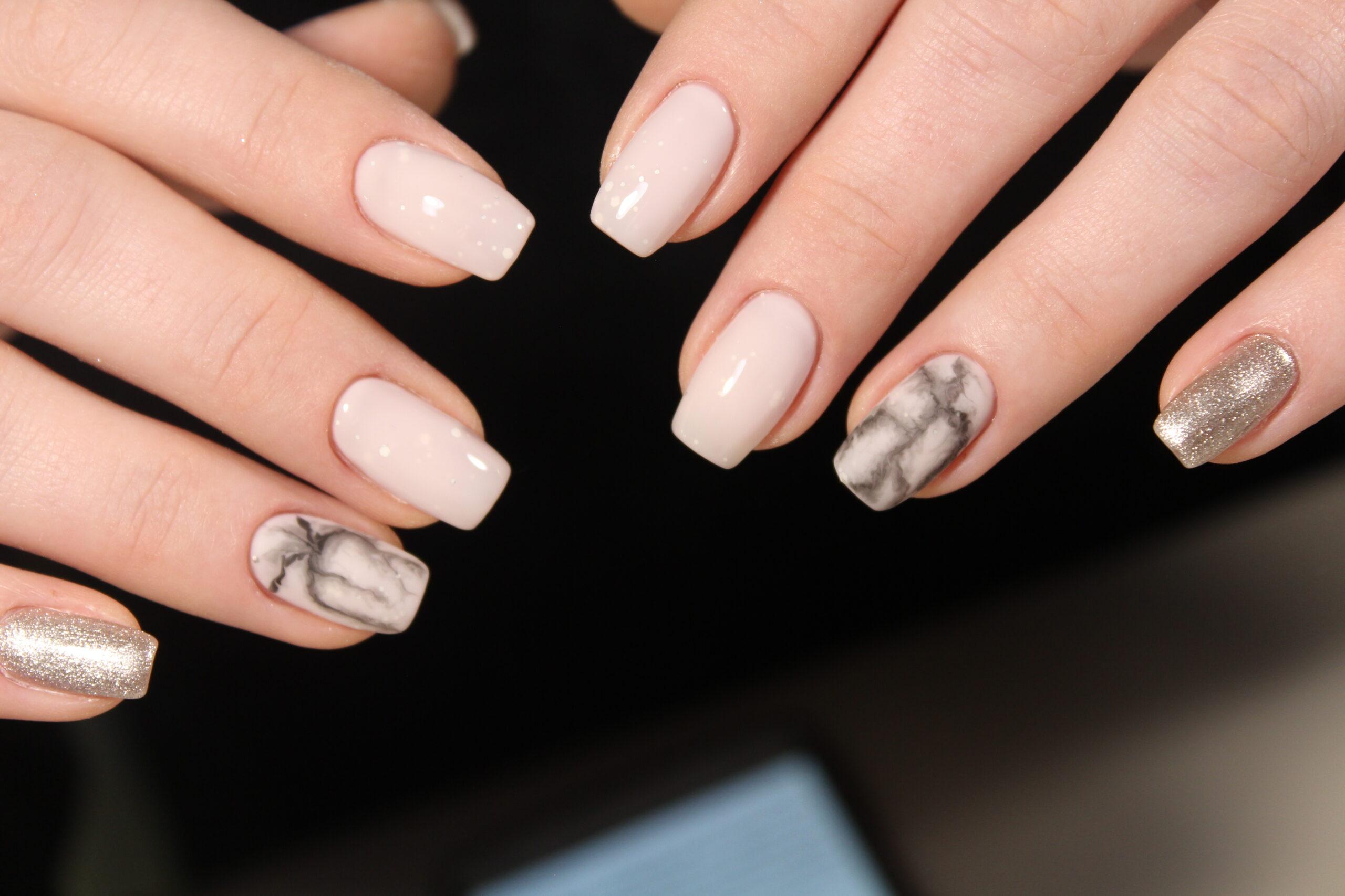 delikatne paznokcie ślubne efekt marmuru