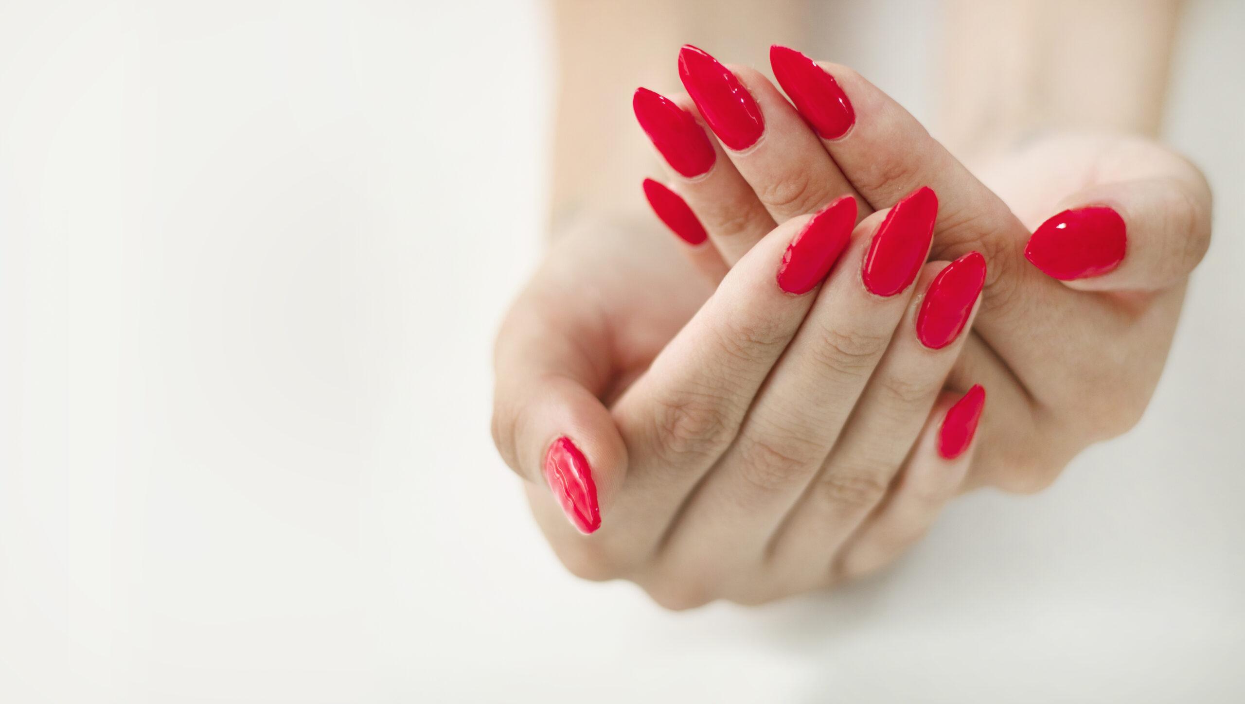 klasyczne paznokcie ślubne w kolorze czerwonym