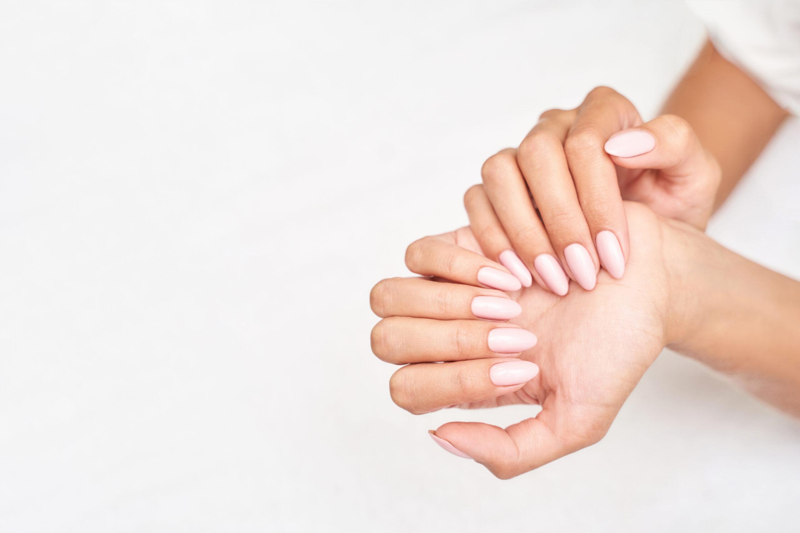 paznokcie ślubne nude w kształcie migdałów