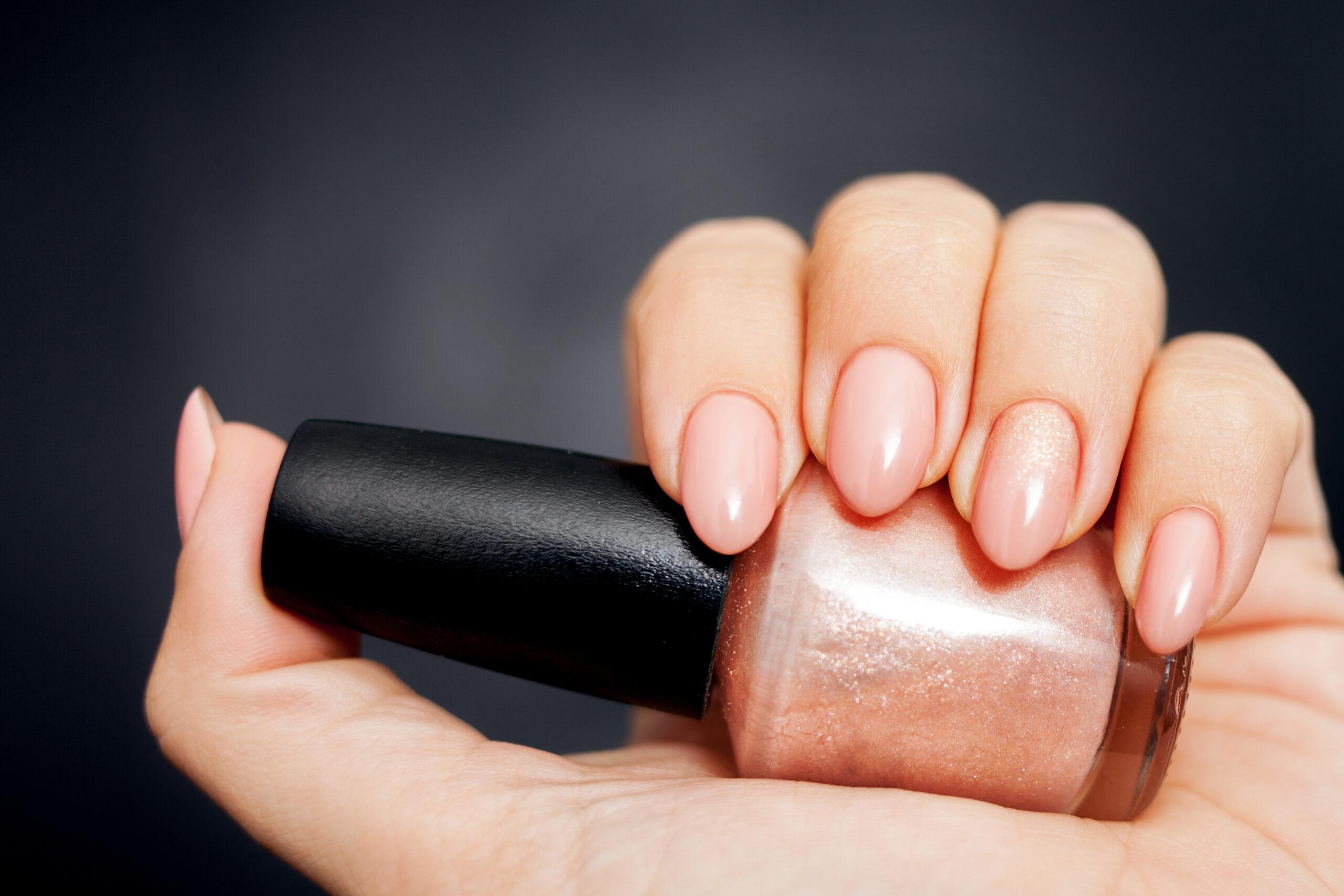 paznokcie ślubne nude z efektem błysku na dłoni panny młodej
