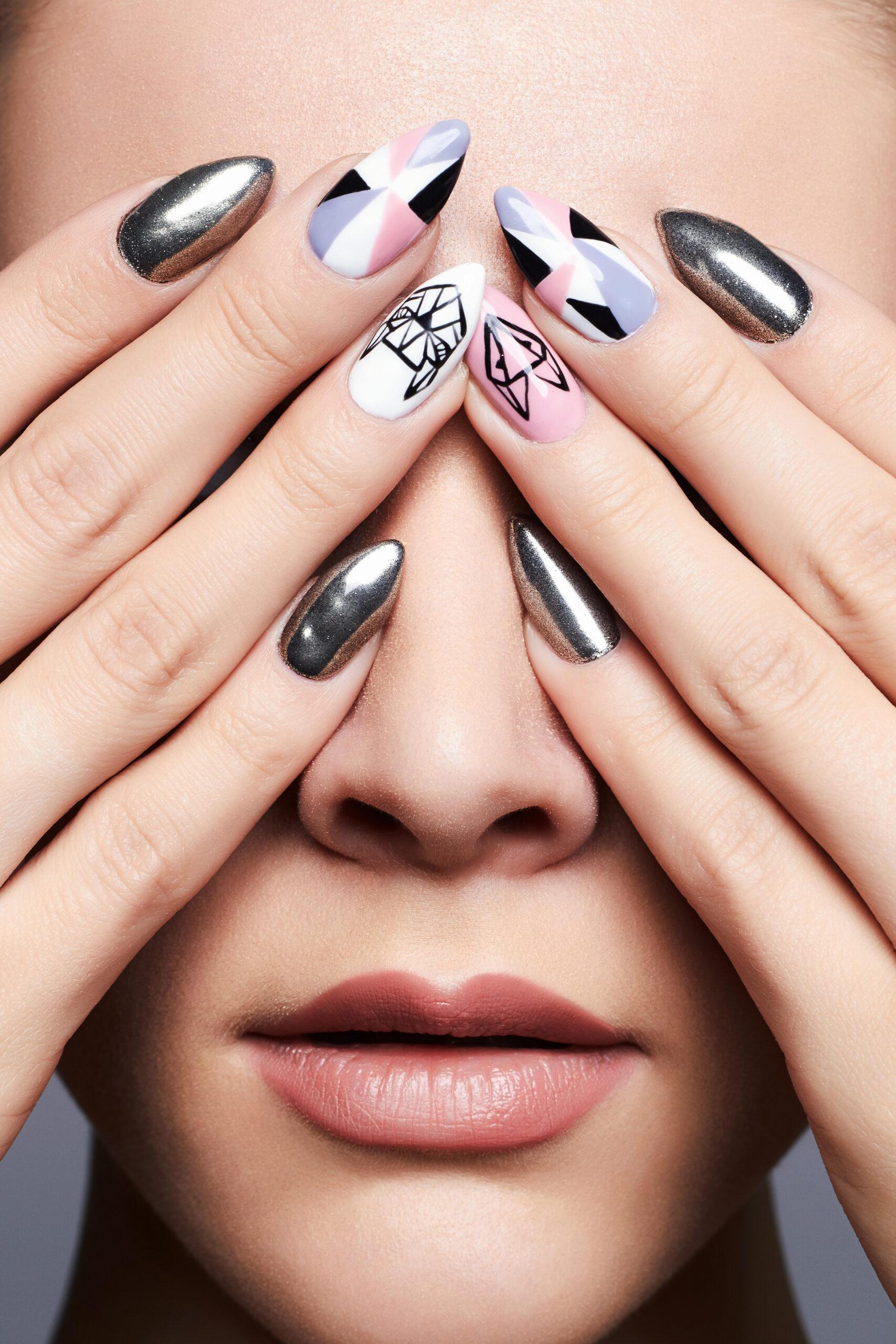 srebrny lustrzany manicure ślubny we wzory