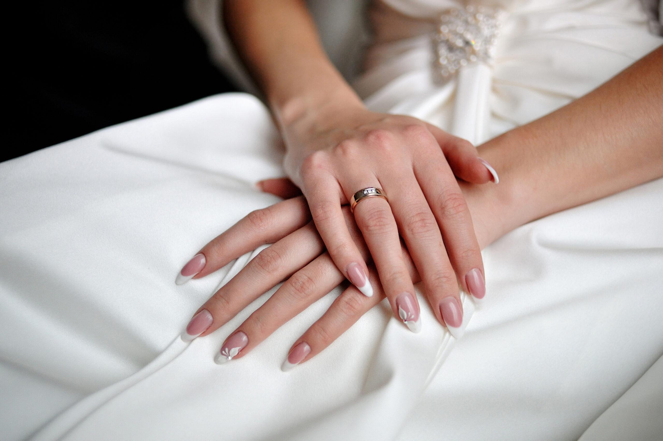 Ślubne paznokcie french z delikatnym wzorem