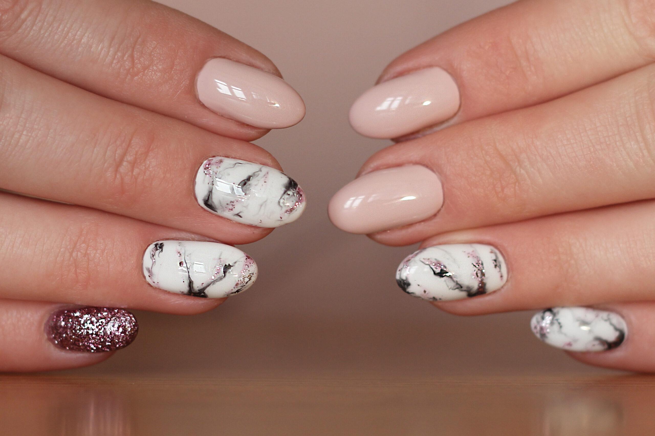 ślubne paznokcie z efektem marmuru