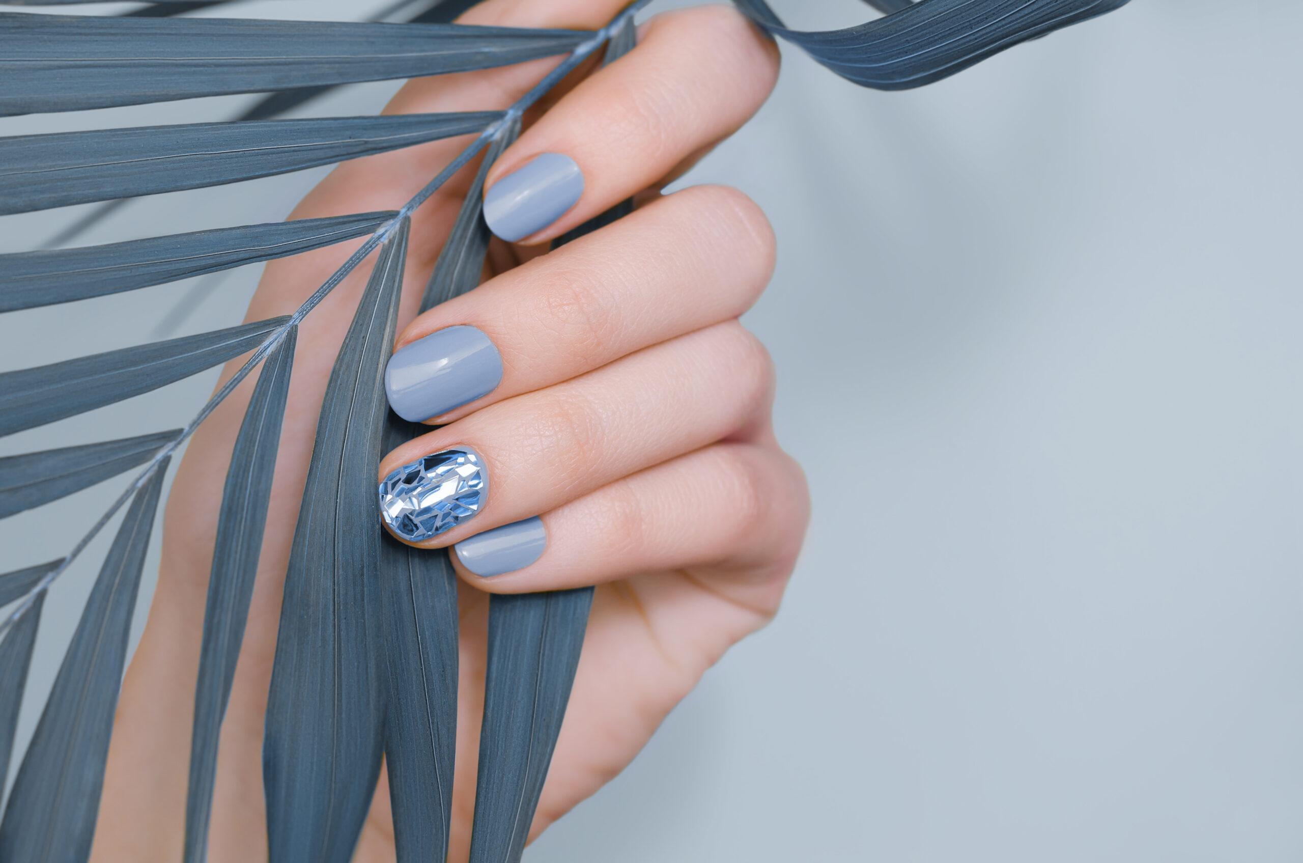 niebieskie paznokcie ślubne