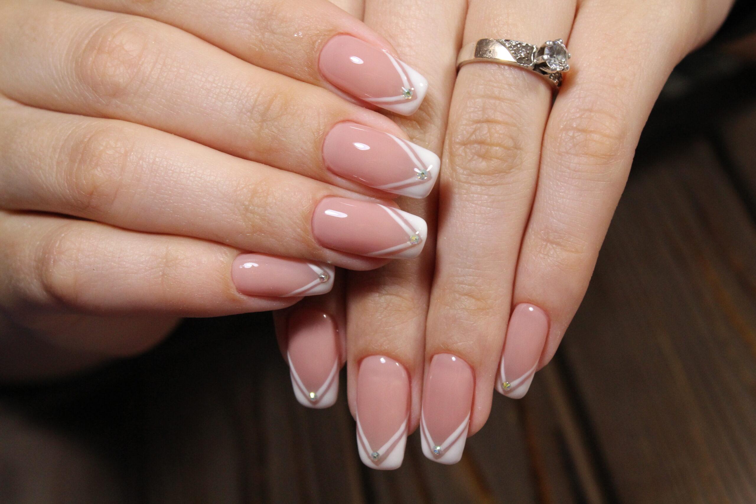 różowy french manicure z cyrkoniami