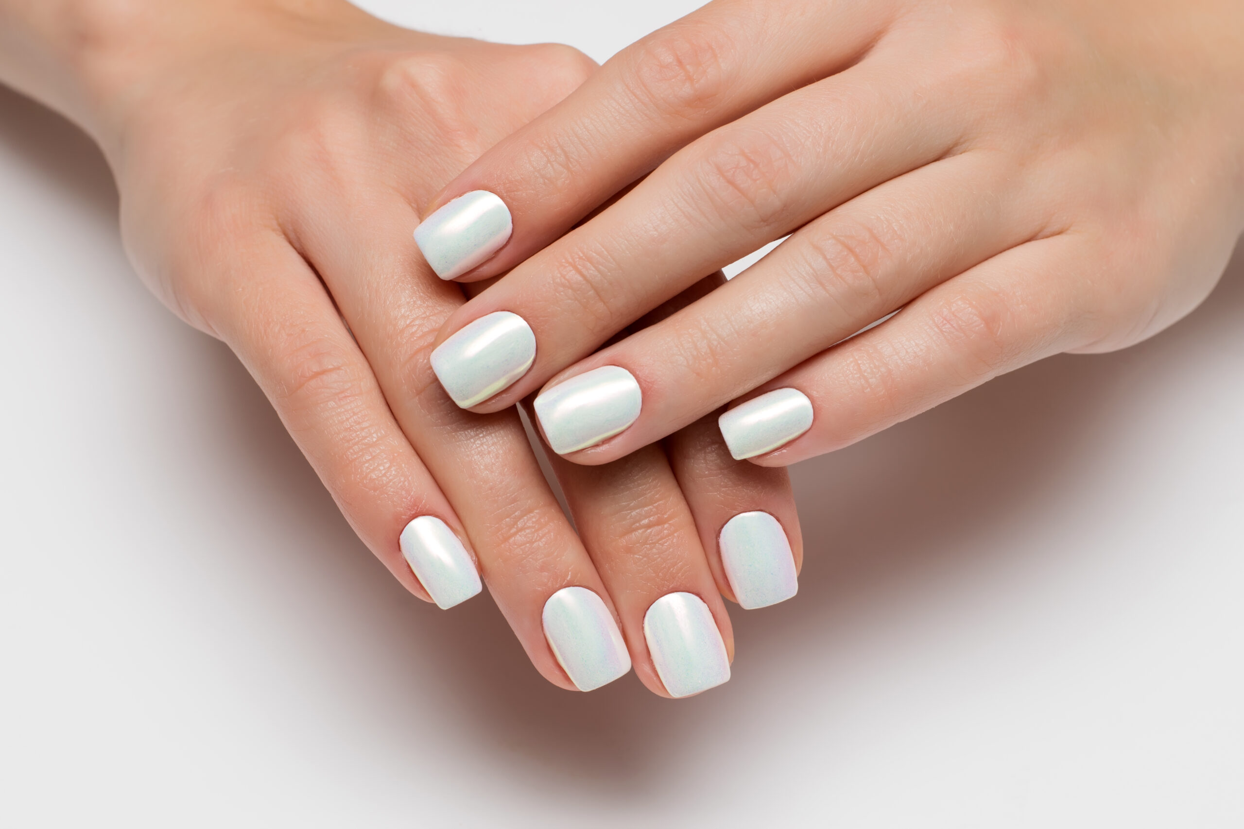 perłowe paznokcie ślubne w kolorze białym