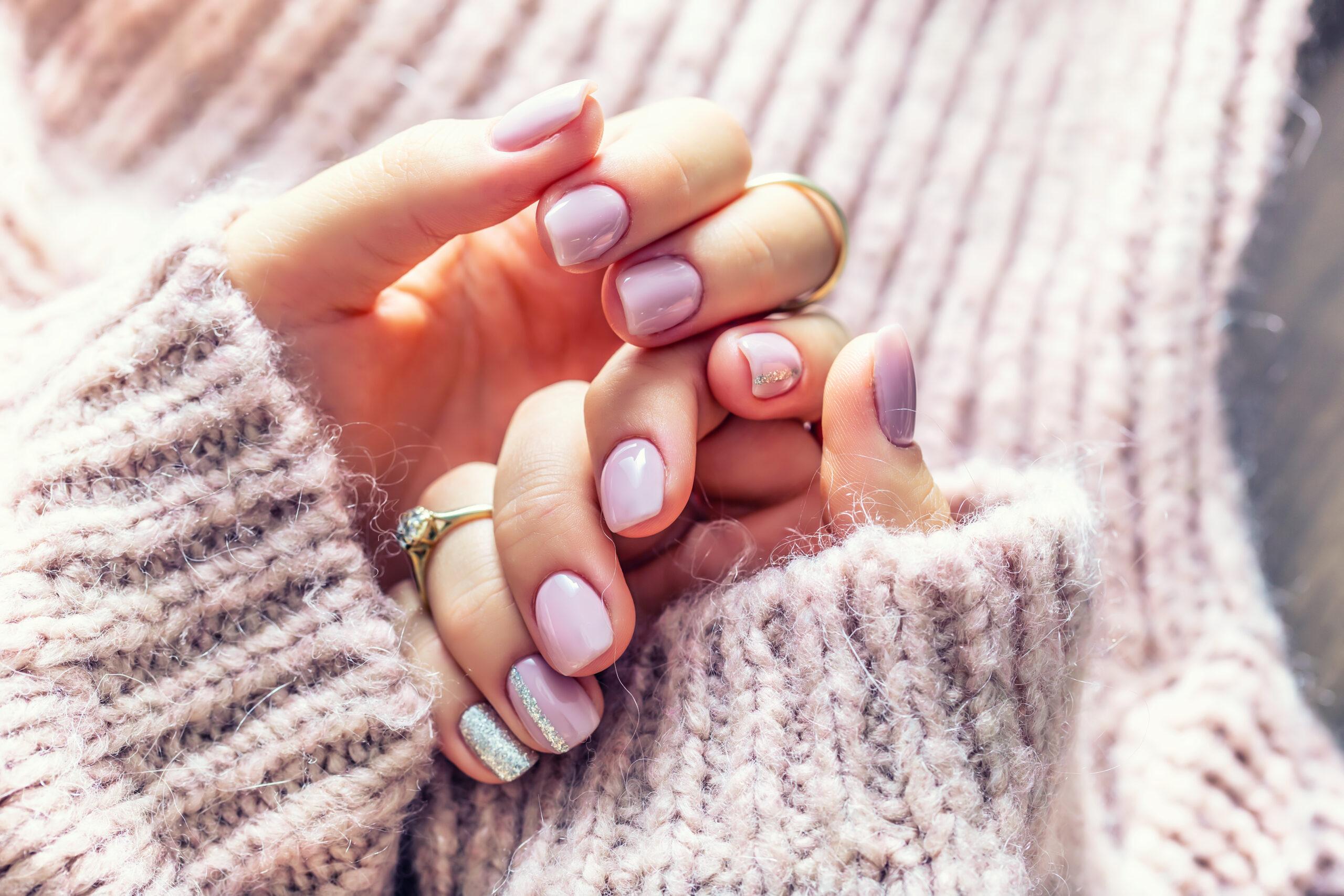 fioletowe ślubne paznokcie w pastelowym odcieniu