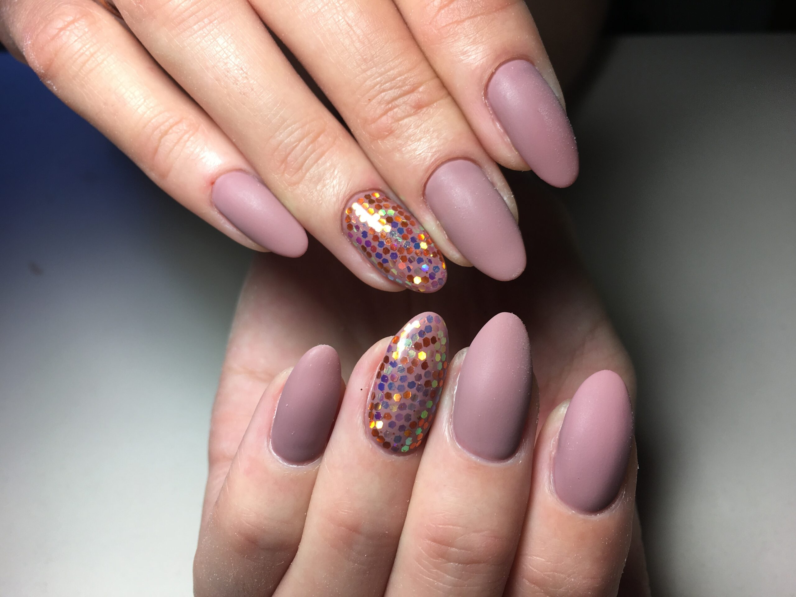 różowe matowe paznokcie na ślub