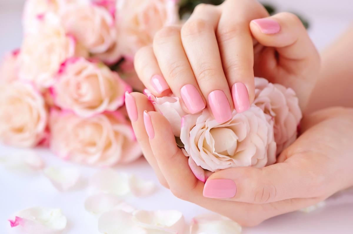 Różowe paznokcie na ślub w kształcie kwadratu