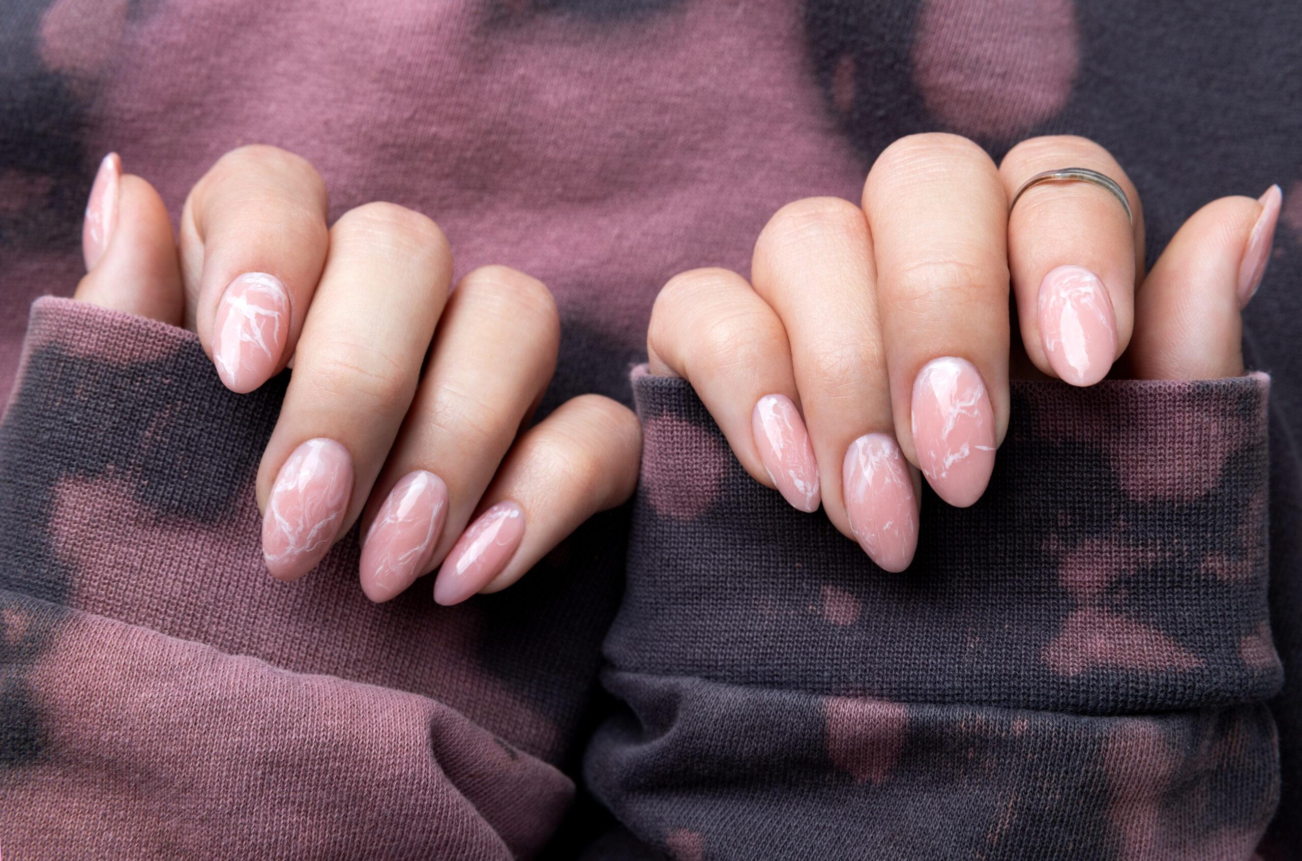 różowe paznokcie na ślub z efektem marmuru