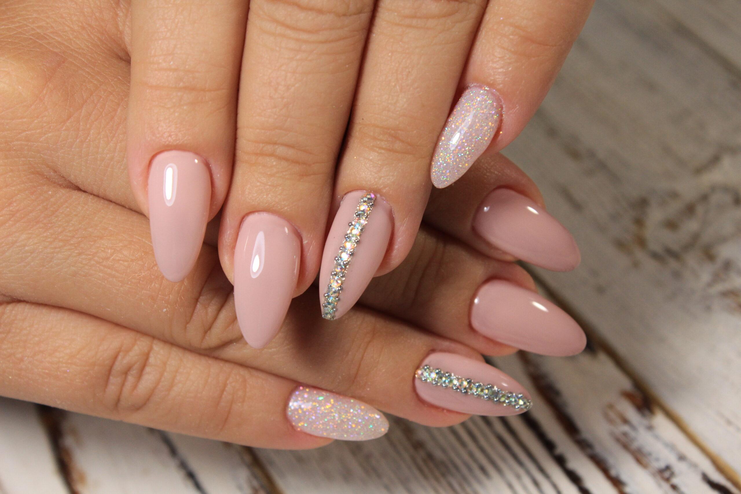 różowe paznokcie na ślub ze srebrnymi cyrkoniami